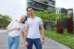 Het modieuze jonge paar brengt samen in openlucht tijd door attract stock fotografie