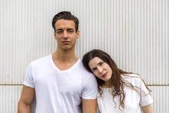 Het modieuze jonge paar brengt samen in openlucht tijd door attract stock afbeeldingen