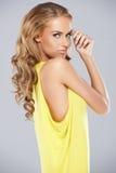 Het modieuze jonge vrouw stellen Stock Foto