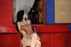 Het modieuze meisje bewaakte door twee stuk speelgoed terriërhonden royalty-vrije stock fotografie