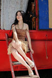 Het modieuze meisje bewaakte door twee stuk speelgoed terriërhonden circusaanhangwagen royalty-vrije stock fotografie