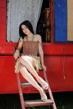 Het modieuze meisje bewaakte door twee stuk speelgoed terriërhonden circusaanhangwagen royalty-vrije stock afbeelding