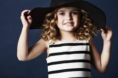 Het modieuze meisje stellen in hoed Stock Foto's