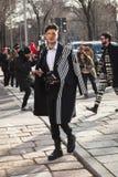 Het modieuze mens stellen tijdens de Manierweek van Milan Men ` s Stock Afbeeldingen