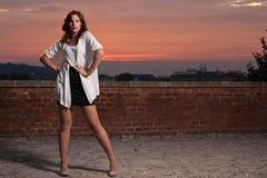 Het modieuze model stellen, dramatische zonsondergangbackgrou Stock Foto's