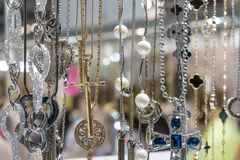 Het modieuze mooie bijouterie hangen op de tribune in accesso stock afbeelding