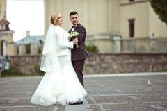 het modieuze paar van de huwelijksceremonie in de oude kerk Royalty-vrije Stock Foto's