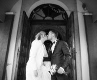 het modieuze paar van de huwelijksceremonie in de oude kerk Stock Afbeeldingen