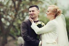 het modieuze paar van de huwelijksceremonie in de oude kerk Stock Foto's