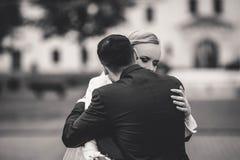 het modieuze paar van de huwelijksceremonie in de oude kerk Royalty-vrije Stock Afbeelding