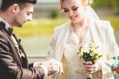 het modieuze paar van de huwelijksceremonie in de oude kerk Stock Afbeelding