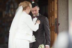 het modieuze paar van de huwelijksceremonie in de oude kerk Royalty-vrije Stock Afbeeldingen