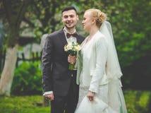 het modieuze paar van de huwelijksceremonie in de oude kerk Royalty-vrije Stock Foto