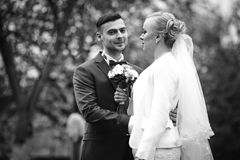 het modieuze paar van de huwelijksceremonie in de oude kerk Stock Fotografie