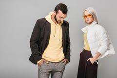 het modieuze paar van modellen die stellen met dient zakken in royalty-vrije stock foto's