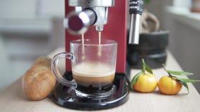 Het modieuze rode koffiezetapparaat maakt zwarte koffie stock video