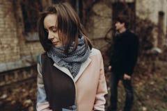 Het modieuze vrouw en man stellen romantisch kalm atmosferisch ogenblik Stock Fotografie