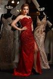 Het modieuze vrouw stellen in rode toga royalty-vrije stock afbeelding