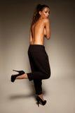 Het modieuze vrouw topless stellen Stock Afbeelding