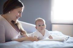 Het moederschap is het mooiste ding voor een moeder stock afbeelding