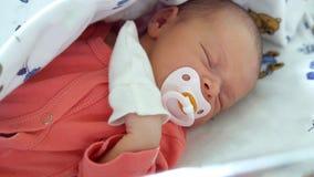 Het moederschapsziekenhuis - een pasgeboren baby slaapt royalty-vrije stock afbeeldingen