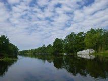 Het moeras van Louisiane met een verlaten boot stock afbeeldingen