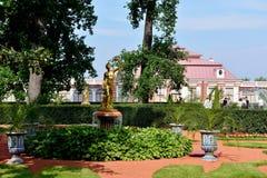 Het Monplaisir-Paleis in de Lagere Tuin, Peterhof Stock Afbeeldingen