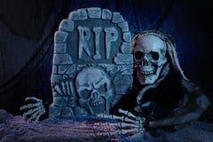 Het monster en de grafsteen van de schedel Royalty-vrije Stock Afbeeldingen