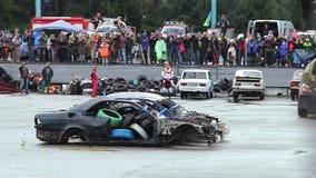 Het monstervrachtwagen die van de Bigfootdouane bij arena, menigte het letten afdrijven op stock video