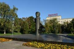 Het monument aan de proef-kosmonaut Vladislav Volkov ustanovlen van 7 Augustus 1975 in het Park op de straatkosmonaut Volkov dich Stock Afbeeldingen