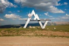 Het Monument bij de bovenkant van Mels Pas in Kyrgyzstan Stock Afbeeldingen