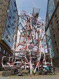 Het monument de aandacht is zorgvuldig rood wit Stock Afbeelding