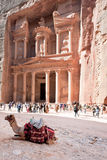 Het Monument en het plein van de schatkist in antieke stadsPetra Stock Afbeeldingen