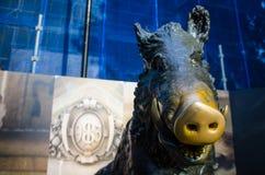 Het monument moet geloven om goed geluk te brengen als de bezoekers een muntstuk in de beer zetten stock foto