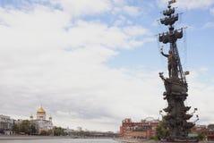 Het monument om de 300ste verjaardag van de Russische vloot, werd Zurab Tsereteli te merken gebouwd in 1997 stock afbeeldingen
