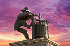 Het Monument van de de Wijnmaalmachine van Californië van de Napavallei aan Ingang aan Beroemd Wijnland royalty-vrije stock foto's