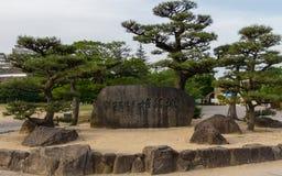Het Monument van de het Kasteelsteen van Himeji, die in Engeland van letters voorzien Unesco-Werelderfenis, op een duidelijke, zo royalty-vrije stock fotografie