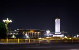 Het Monument van de de Mensen` s Held van China in de nacht wordt verlicht die stock afbeeldingen
