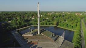 Het monument van de de stadsoverwinning van Riga dichtbij de Oude van townwithwegen en auto's vlucht van de verkeershommel stock videobeelden