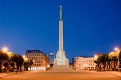 Het monument van de vrijheid in Riga bij nacht Stock Afbeelding