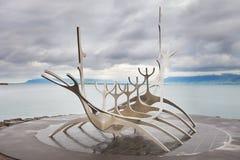 Het monument van de zonreiziger, oriëntatiepunt van Reykjavik stad Stock Afbeelding