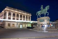 Het monument van Erzherzogalbrecht denkmal en het museum van Albertina bij nacht, Wenen, Oostenrijk royalty-vrije stock fotografie