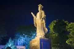 Het monument van Keizer Ly Thai aan in het nachtpark Hanoi, Vietnam Royalty-vrije Stock Afbeeldingen