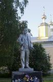 Het monument van Lenin op de achtergrond van de koepels van de kerk in het dorp van Verhovazhe Stock Fotografie
