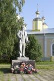 Het monument van Lenin op de achtergrond van de koepels van de kerk in het dorp van Verhovazhe Royalty-vrije Stock Foto's