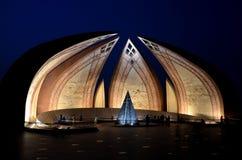 Het Monument van Pakistan bij nacht Islamabad Pakistan wordt verlicht dat stock afbeeldingen