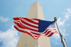 Het Monument van Washington en nationale vlag van de V.S. Royalty-vrije Stock Afbeelding