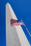 Het Monument van Washington met Vlag Stock Afbeeldingen