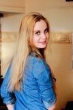 Het mooie affectionately helft-gedraaide blonde bekijkt terug ons royalty-vrije stock afbeelding
