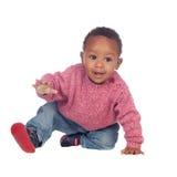 Het mooie Afrikaanse Amerikaanse baby kruipen Stock Afbeelding